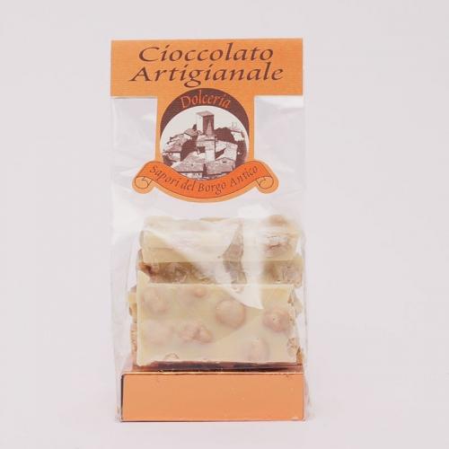 confezione di tavolette di cioccolato bianco e nocciole intere