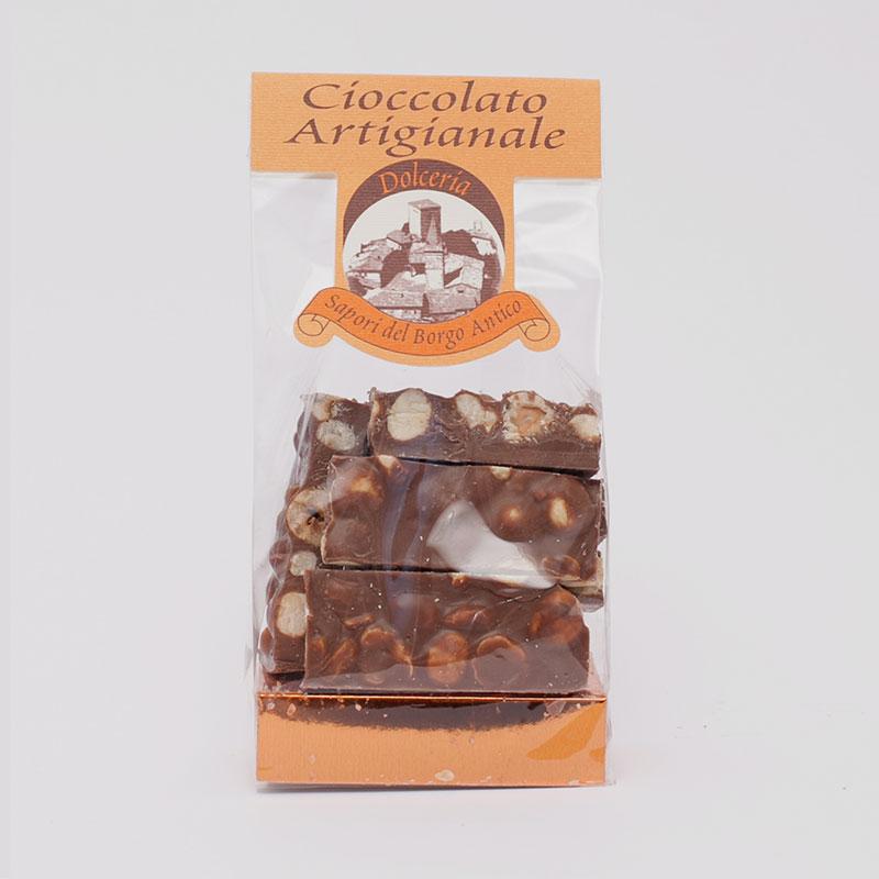 confezione di tavolette di cioccolato al latte con nocciole intere